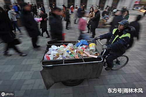 Ông Zhao là một công nhân vệ sinh nhưng đã góp 1/3 thu nhập hàng tháng của mình làm từ thiện trong suốt 30 năm. Ảnh: Xuehua.