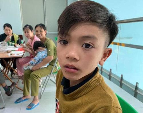 Chiến Mặc áo len mỏng, đầu trần đi trong thời tiết lạnhdưới 18 độ C từ Sơn Laxuống Hà Nộithăm em trai. Ảnh: Bệnh viện cung cấp.