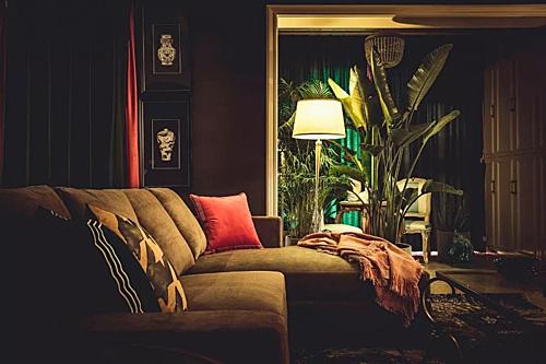 Ban đầu cặp vợ chồng tìm đếnmột nhà thiết kế nội thất có tiếng, với mong muốn trang trímột ngôi nhà đơn giản, nếu có phá cách chỉ là khoảng 10% diện tích nhà.