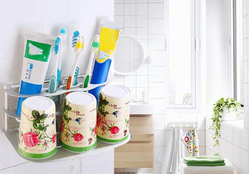 Kệ để bàn chải & kem đánh răng kèm 3 cốc OLO1688 305.000 Bộ sản phẩm bao gồm: 1 kệ để đồ + 3 cốc. - Có thể sắp xếp bàn chải, kem đánh răng và nhiều vật dụng cá nhân khác giữ cho những vật dụng này luôn khô ráo, sạch sẽ. - Khay đựng cốc ở vị trí hợp lý giúp bạn úp cốc một cách dễ dàng, không bị rơi, tiện lợi trong quá trình -sử dụng. - Chất liệu hợp kim nhôm dày dặn, chắc chắn, không han gỉ đảm bảo độ bền lâu dài. - Có thể treo kệ lên tường hoặc đặt trên thành chậu rửa, tủ chậu tùy theo không gian của mỗi gia đình