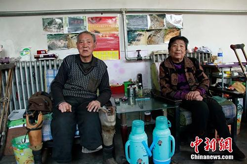 Ông Sanxiao trồng cây, nhưng vợ là người giúp ông tưới nước trong hơn 10 năm. Ảnh: China News.