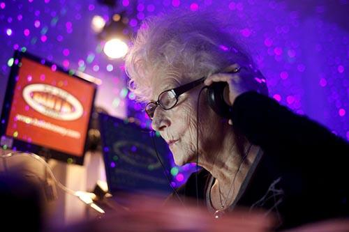 Bà Wirginia đã chi hàng nghìn đô la để mua những thiết bị âm thanh tốt, phục vụ cho công việc. Ảnh: Reuters.