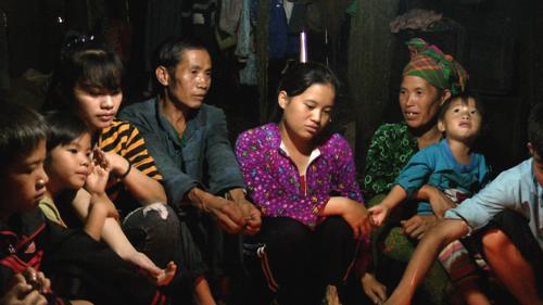 Chấu là con thứ 5 trong gia đình có 10 anh chị em. Bố mẹ cho chị em Chấu đi học vì ở trường có cơm ăn. Ảnh: Lệnh Thắng.