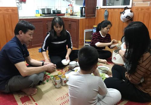 Chấu đang sống cùng gia đình cô Nhàn ở Thanh Trì (Hà Nội). Việc đi học của em được đoàn từ thiện giúp đỡ. Ảnh: Lệnh Thắng.