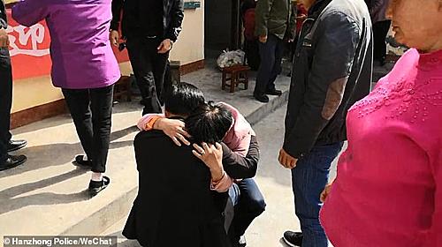 Zhang khóc òa trong vòng tay mẹ. Ảnh: Whatnews2day.