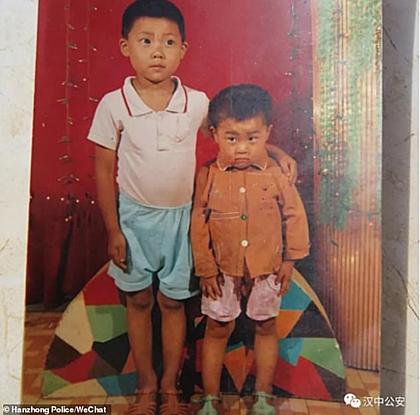 Zhang (phải) trước khi bị bắt cóc bên anh trai của mình. Ảnh: Whatnews2day.