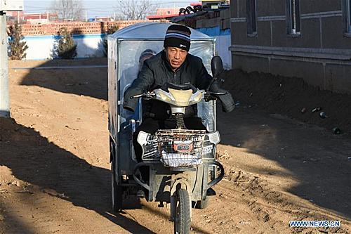 Năm 2007, Liu Hai nhìn thấy Li Meiwen - người có sự sống mạnh mẽ như mình trên tivi. Anh đã chủ động liên lạc với cô. Người có bàn tay, người có đôi chân sẽ sống cùng nhau tốt hơn, đây là lời hứa của Liu với Li. Hai tháng sau, Li Meiwei, lần đầu tiên trong đời ra khỏi quê hương Quảng Tây đến Nội Mông. Trong ảnh Liu đón con tan học về nhà.