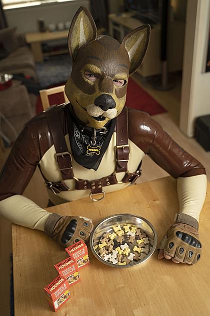 Ngoại trừ lúc đi làm, ở nhà anh Kaz James thích hóa trang như một chú chó,ăn đồ ăn của chó, trong chiếc bát dành riêng cho loài này.Ảnh: Metro.