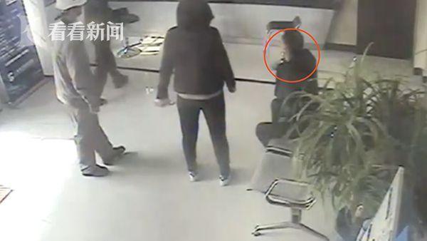 Mẹ con cô Feng tại sở cảnh sát tố cáo. Ảnh: Sohu.