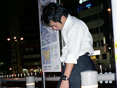 Dân công sở ngủ gật trên đường bộc lộ văn hóa làm việc kiệt sức ở Nhật - 10