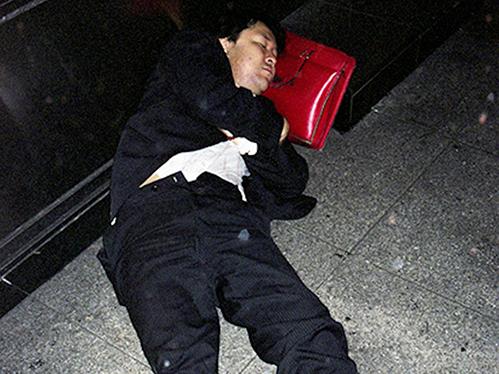 Dân công sở ngủ gật trên đường bộc lộ văn hóa làm việc kiệt sức ở Nhật - 11