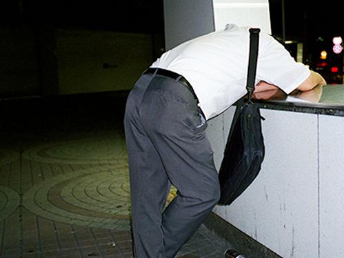 Dân công sở ngủ gật trên đường bộc lộ văn hóa làm việc kiệt sức ở Nhật - 7