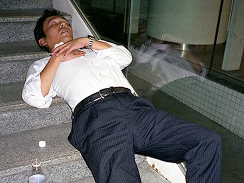 Dân công sở ngủ gật trên đường bộc lộ văn hóa làm việc kiệt sức ở Nhật - 5