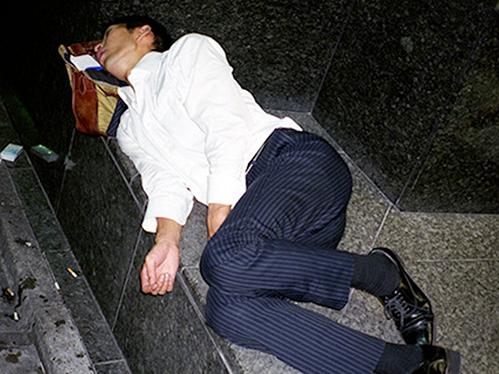 Dân công sở ngủ gật trên đường bộc lộ văn hóa làm việc kiệt sức ở Nhật - 1