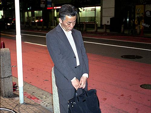 Dân công sở ngủ gật trên đường bộc lộ văn hóa làm việc kiệt sức ở Nhật - 2