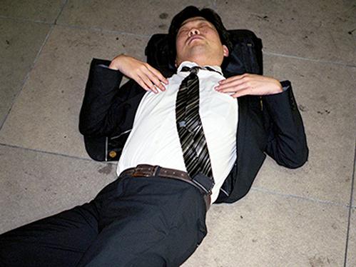 Dân công sở ngủ gật trên đường bộc lộ văn hóa làm việc kiệt sức ở Nhật