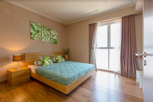 Phòng ngủ là nơi riêng tư, quan trọng trong ngôi nhà, phòng có cửa sổ sẽ tạo sự thoáng, mát cùng chiếc giường đủ rộng và nệm êm sẽ giúp gia chủ tận hưởng từng khoảnh khắc bình yên.