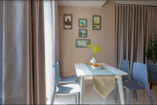 Bộ bàn ăn có 4 ghế được đặt tại nơi có ánh sáng, mang lại cảm giác trong lành, thoải mái. Gia chủ có thể lựa chọn màu sắc mình yêu thích.