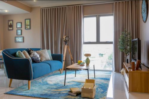 Sự kết hợp giữa sofa cùng kệ tivi và chiếc bàn café cùng tông màu tươi sáng, giúp mang lại cảm giác dễ chịu, mát mắt.