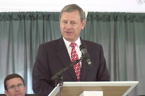 Ông John Roberts trong buổi lễ tốt nghiệp trung học của cậu con trai năm 2017.