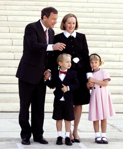 Hình ảnh hiếm hoi về gia đình ông Roberts từ hơn chục năm trước.