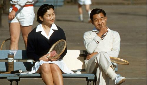 Chuyện tình của Nhật hoàng và Hoàng hậu bắt nguồn từ sân tennis. Ảnh: Ảnh: Sankei Archive