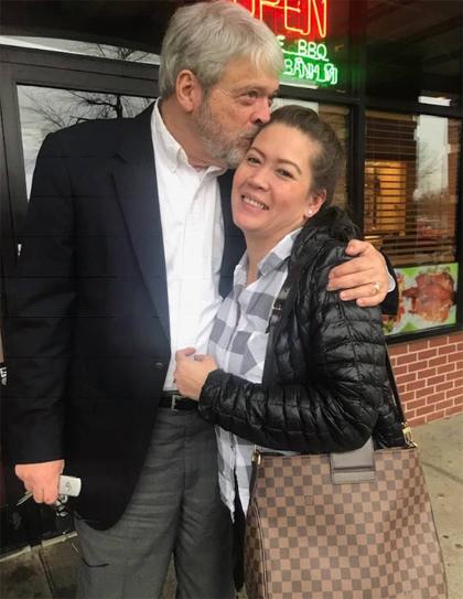 Chị Hằng hạnh phúc bên cha ruột trong lần gặp đầu tiên tháng 2/2019.