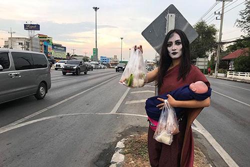 Ma nữ kiêm cả phần chế biến thịt và quảng cáo sản phẩm. Ảnh: Bangkok Post.