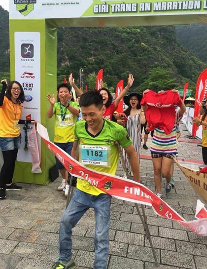 Đình Đang đã tham gia chạy với đôi nạng và hoàn thành 10 km trong thời gian 2 tiếng đặt ra. Ảnh: NVCC.