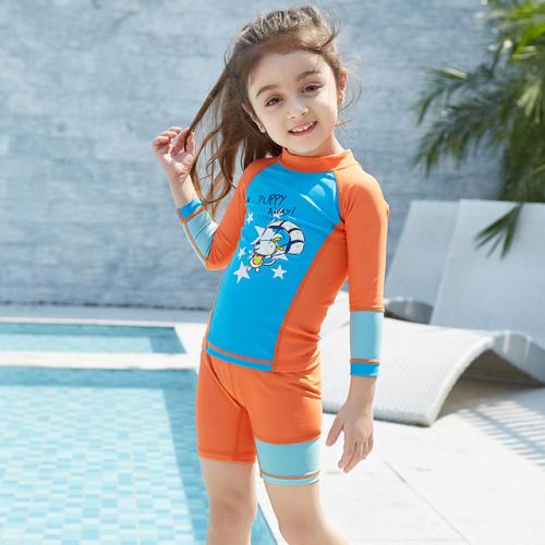 Chất liệu vải có khả năng co giãn 4 chiều giúp trẻ vận động thoải mái.