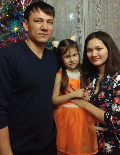 Risch bên chồng và con gái. Cô được đánh giá có nét giống với chú út của mình. Ảnh: NVCC.
