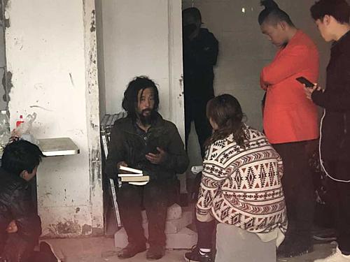 Anh Shen bỗng dưng nổi tiếng sau khi người đi đường quay video anhlý giải các tác phẩm kinh điển. Ảnh: chinadaily.