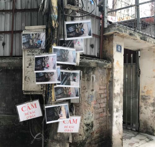 Gần chục bức hình người đổ rác trộm treo trên cây cột điện, khiến nhiều người e ngại không dám đến đổ rác ở đây nữa. Ảnh: Lệnh Thắng.
