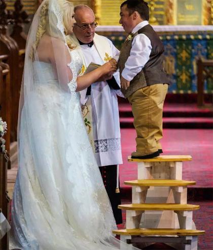 James từng phải bắc thang đứng trong đám cưới năm 2017. Ảnh: The Sun.