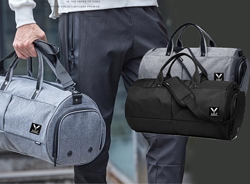 Túi xách du lịch Laza TX389 màu xám đậm hoặc đen, dài 48cm, có thể chứa  được khoảng 15 bộ quần áo cùng nhiều vật dụng khác nhau. Chất liệu vải  dù chắc chắc, kiểu dáng gọn gàng góp phần mang lại vẻ năng động cho  người dùng. Giá 149.000 đồng.
