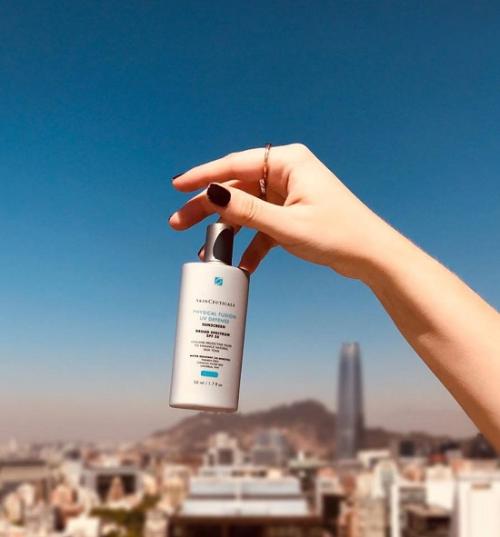 SkinCeuticals Light Moisture UV Defense SPF 50: Với thành phần từ vitamin E và chất chống oxy hóa, kem mang đến cho bạn một làn da nhẹ nhàng, mềm mượt. Kem không bết dính, bóng nhờn hay bí bách do các lỗ chân lông bị tắc.