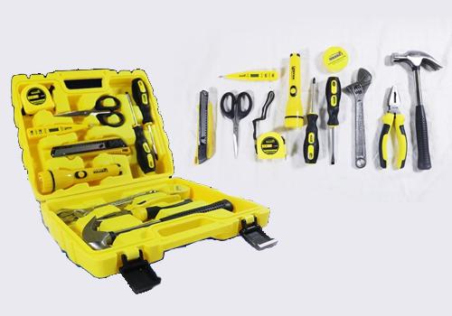 Bộ dụng cụ Nikawa Tools 12 món NK-BS012giá 299.000 đồng (giá gốc 415.000 đồng). Bộ sản phẩm gồm 1 kéo, 2 tua vít 5x75, 1 bút thử điện áp, 1 mỏ lết 8″, 1 búa 0.25kg, 1 kìm 6″, 1 thước dây 2m, 1 băng dán PVC cách điện, 1 dao dọc giấy, 1 đèn pin tiện lợi, 1 vali đựng dụng cụ.