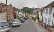 Con phố Anh nơi người dân phải buộc xe để không bị trôi mất