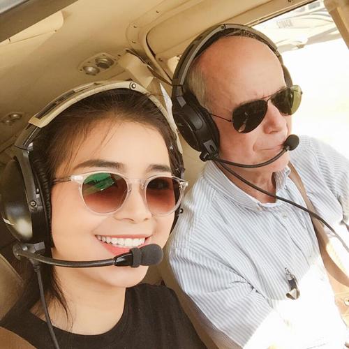 Thúy trong một lần huấn luyện cùng với thầy của mình. Số tiền cô đầu tư cho học phi công khoảng 2,5 tỷ đồng. Ảnh: NVCC.