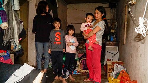 Một mình chị Thanh (quần đỏ)lo từng bữa cơm, giấc ngủ cho cả 4 người con dù kinh tế khó khăn và sức khỏe không tốt. Ảnh: Trọng Nghĩa.