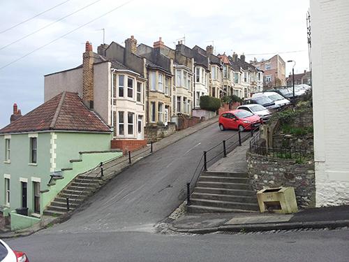 Ngôi làng nơi người dân phải buộc xe để không bị trôi mất/cuộc sống của người dân Anh ở nơi có độ dốc cao nhất nước