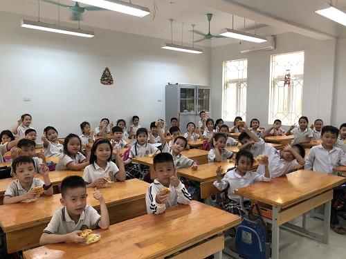 Học sinh thưởng thức bánh trứng kết hợp với chà bông.