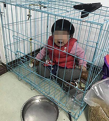 Bé 20 tháng tuổi bị bố nhốt chuồng chó để chụp ảnh trả thù vợ cũ. Ảnh: Sohu.