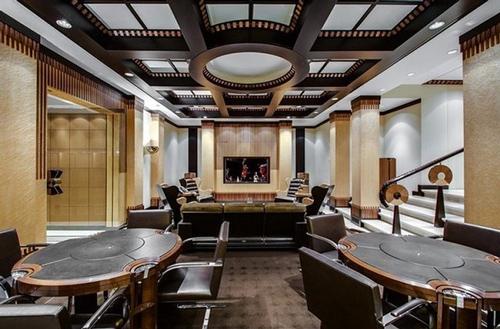 Phòng riêng gồm nhiều bàn để chơi bài.