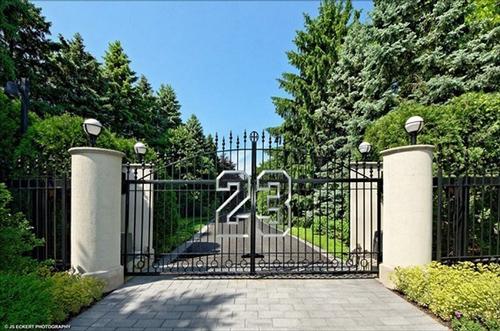 Cổng vào nhà có số áo 23 quen thuộc đã làm nên tên tuổi của ngôi sao bóng rổ Mỹ.