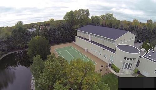 Không gian ngoài trời vô cùng ngoạn mục với sân tennis, một hồ bơi vô cực với hòn đảo ở giữa, thảm cỏ xanh ngát,