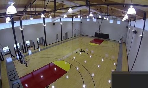 Ở trung tâm ngôi nhà có sân bóng rổ với tên Jordan ở cả hai đầu và logo Jumpman cùng tên các con ông ở trung tâm.