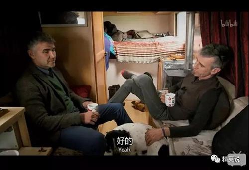 Nhờ bộ phim tài liệu, David và Ivan ngồi chung với nhau sau 25 năm tách biệt. Ảnh: Bili.