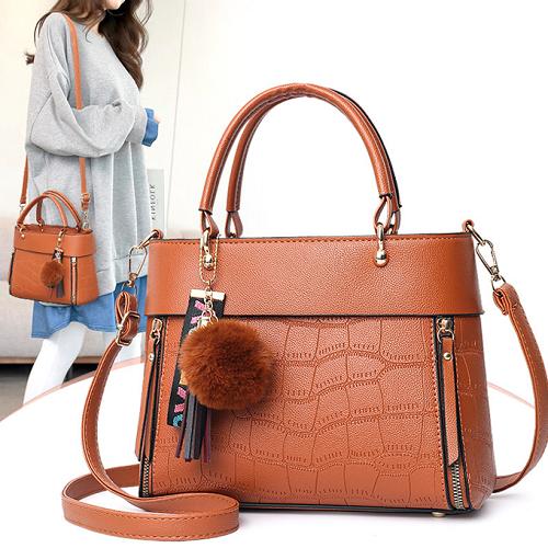 Túi đeo vai thời trang Varas VRS067 màu nâu giá279.000 đồng. Túi còn có thêm màu xám nhạt, đỏ và đen.