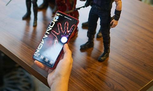 Sản phẩm này theo anh, khá đặc biệt vì sở hữu kết nối thông minh, chỉ cần lắp vào là điện thoại tự động chuyển đổi sang giao diện đồng bộ hình nền, biểu tượng. Độ chi tiết, phối màu và độ hoàn thiện cao do Samsung trực tiếp sản xuất cũng khiến anh chàng ưng ý.